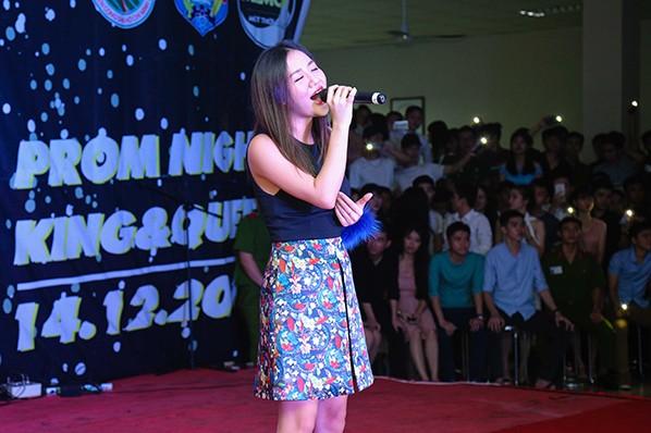 Văn Mai Hương tự tin, năng động trước hàng nghìn cảnh sát trẻ