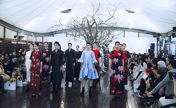 Các người mẫu trong đêm diễn giới thiệu BST mới của Adrian Anh Tuấn
