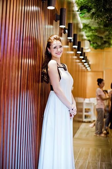 Hồng Quế khoe dáng trong bộ đầm trắng của NTK Xuân Lê