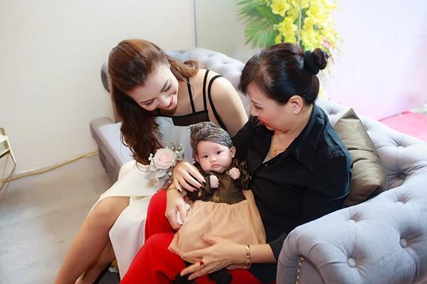 Hồng Quế lần đầu cho con gái tham dự sự kiện