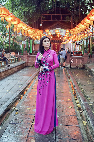 Uyên Trang rủ Quang Hà lên chùa xin lộc đầu năm mới
