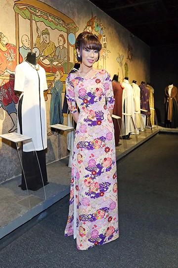 Hoa hậu Hương Giang nổi bật tại triển lãm áo dài