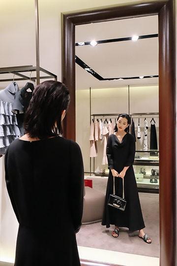 Chiếc váy Valentino có giá gần 100 triệu đồng