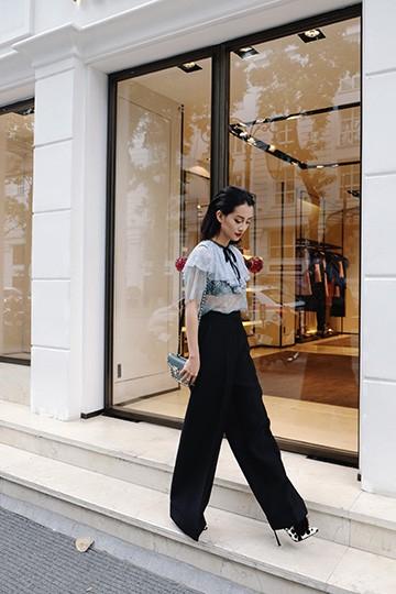 BTV Quỳnh Chi chứng tỏ độ sành điệu với quần áo đắt đỏ ảnh 8