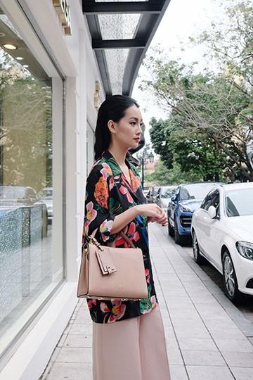 BTV Quỳnh Chi chứng tỏ độ sành điệu với quần áo đắt đỏ ảnh 3