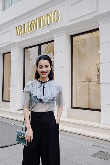 BTV Quỳnh Chi chứng tỏ độ sành điệu với quần áo đắt đỏ ảnh 4