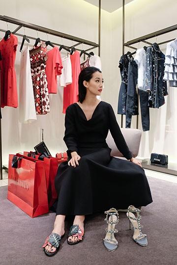 BTV Quỳnh Chi chứng tỏ độ sành điệu với quần áo đắt đỏ ảnh 7