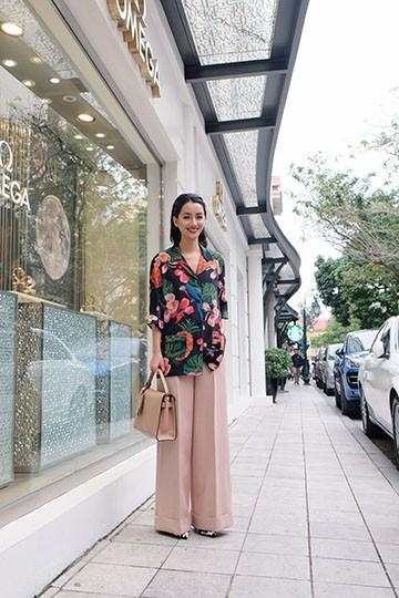 BTV Quỳnh Chi chứng tỏ độ sành điệu với quần áo đắt đỏ ảnh 5