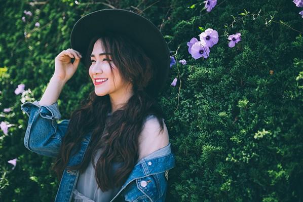 """Hòa Minzy """"khóa môi"""" con trai nuôi Hoài Linh trong MV """"Tìm một nửa cô đơn"""" ảnh 6"""