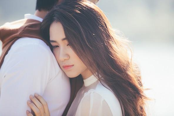 """Hòa Minzy """"khóa môi"""" con trai nuôi Hoài Linh trong MV """"Tìm một nửa cô đơn"""""""