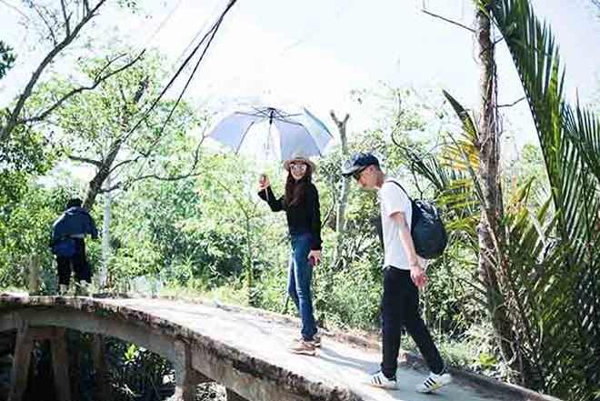 Trương Ngọc Ánh giản dị đi xây cầu cho xóm nghèo Tiền Giang