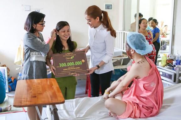 Hình ảnh Trương Ngọc Ánh và chị Duyên khi trao tặng gói thẩm mỹ 300 triệu đồng cho em Hương