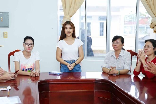 Trang Trần, Ngọc Thanh Tâm hăng say làm thiện nguyện giữa mùa mưa bão ảnh 7