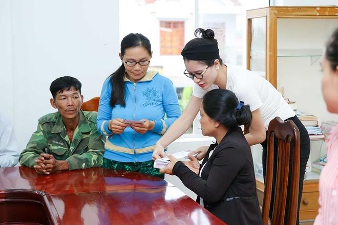Trang Trần, Ngọc Thanh Tâm hăng say làm thiện nguyện giữa mùa mưa bão ảnh 8
