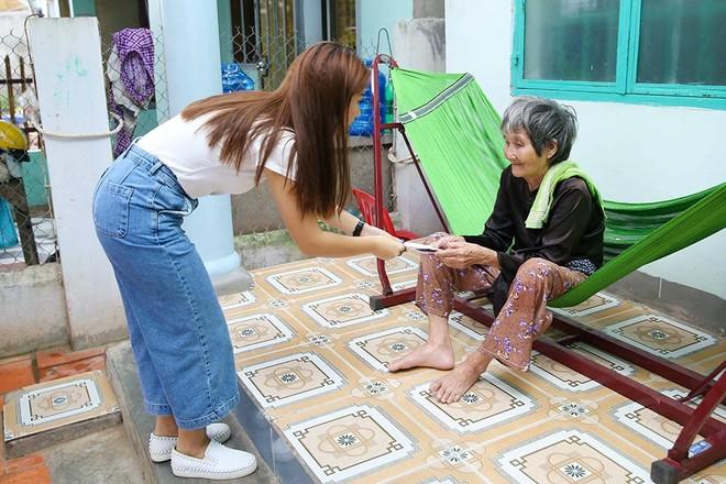 Cụ Trần Thị Bổn đang phải ở nhờ nhà hàng xóm sau khi nhà mình đã bị sập