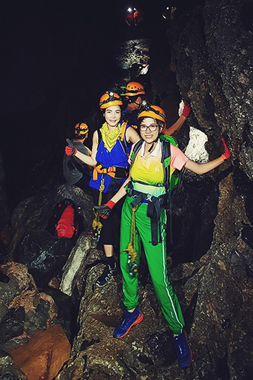 Trang Trần cùng bạn bè trong hang