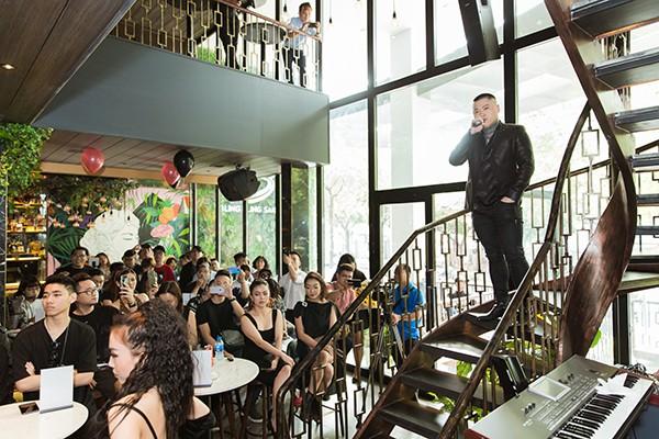 Vũ Duy Khánh gây ấn tượng khi hát live tại buổi họp báo trước đông đảo phóng viên và khách mời