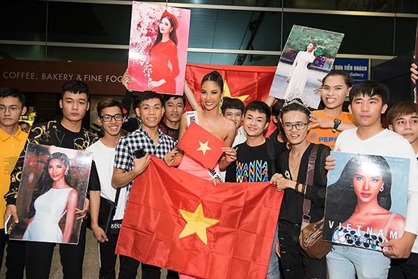 """H'Hen Niê xinh đẹp cá tính tiễn Hoàng Thuỳ lên đường dự thi """"Miss Universe2019"""""""