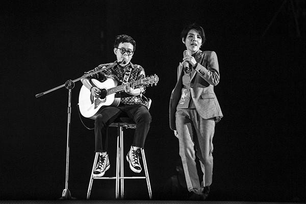 """Vũ Cát Tường bản lĩnh làm chủ sân khấu concert """"Inner Me"""" dù ngã từ độ cao 1,2m"""