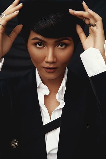 Hoa hậu H'Hen Niê cực ngầu trong trang phục nam