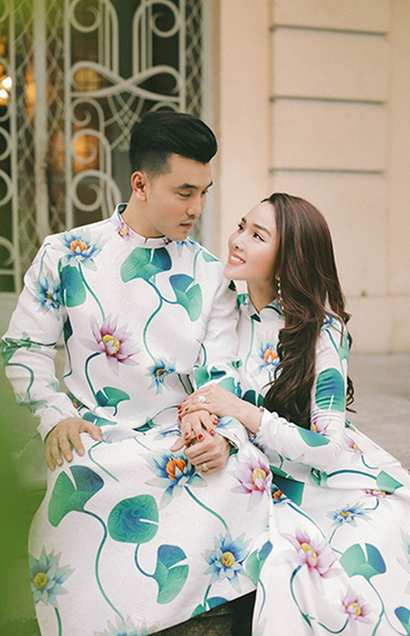 Vợ chồng Ưng Hoàng Phúc diện áo dài đôi đón Tết