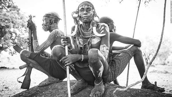 Một người đàn ông thuộc bộ lạc Mursi