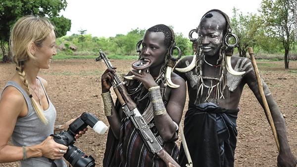 Seton đã trò chuyện với những người bộ lạc Mursi khi chụp ảnh ngôi làng của họ.
