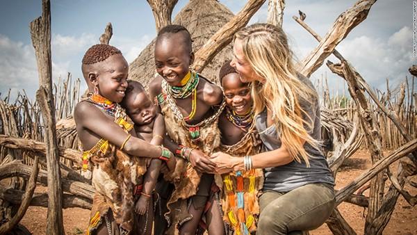 """""""Những đứa trẻ luôn là đối tượng dễ để chụp ảnh nhất, vì chúng rất thích tôi vuốt ve và cười đùa với chúng. Mái tóc vàng dài của tôi rất cuốn hút lũ trẻ, nhưng làn da trắng của tôi lại khiến chúng sợ hãi khi tôi ngỏ ý bế ẵm chúng"""", nhiếp ảnh gia chia sẻ."""
