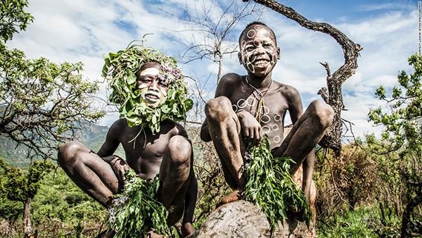 Trẻ em của bộ lạc Suri thường chơi đùa trong một cánh đồng ngô và lúa miến. Các bộ lạc nơi đây thường ủ bia từ lúa miến, tạo ra một loại bia khá mạnh.