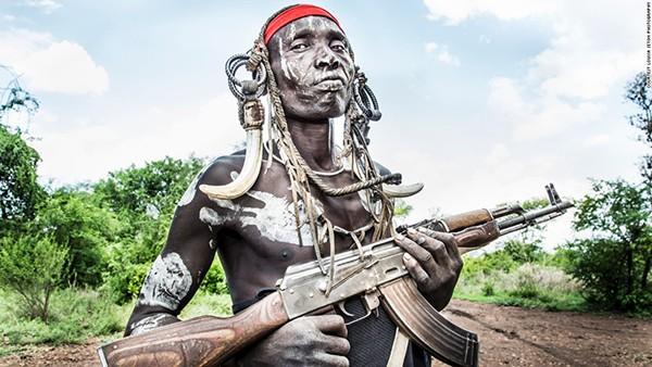 """Seton cho biết, cô đã rất sợ hãi khi đàm phán để chụp ảnh người đàn ông Mursi này. """"Trong lịch sử, các bộ lạc ở vùng sâu vùng xa này của Ethiopia đã gây nên những mối hận thù liên bộ lạc. Họ giết chóc lẫn nhau để tranh giành gia súc, đất chăn thả và hố nước"""", Seton nói."""