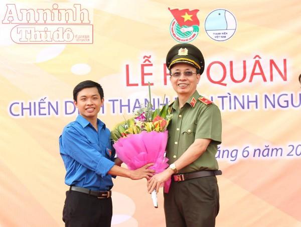 Thiếu tướng Nguyễn Quý Khoát tặng hoa chúc mừng chương trình. Ảnh: Hà Thu