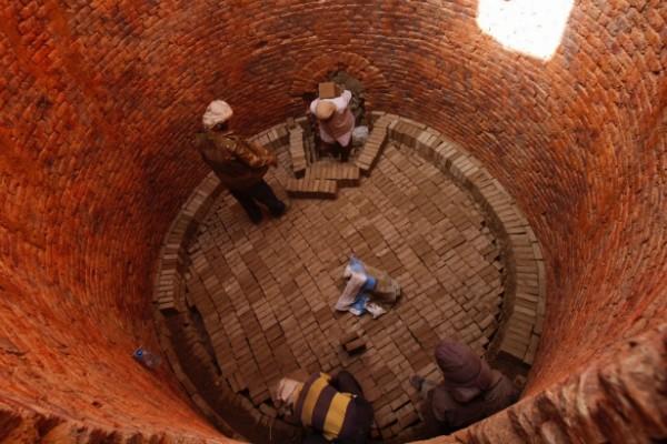 Sau khi phơi qua một lần nữa, các viên gạch bùn được xếp vào lò để chuẩn bị nung. Thời gian nung dao động từ 15 đến 20 ngày.