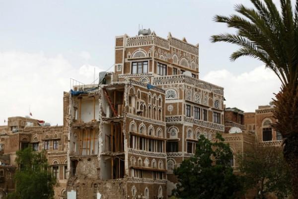 Đối với Yemen - một nước nghèo tràn ngập vũ khí, trong khi luật pháp dường như không có sức nặng – Xung đột diễn ra không phải là điều khó hiểu. Nhưng cuộc chiến nổ ra hồi năm ngoái, cộng với các cuộc không kích của Ả-rập Xê-út đã gây nên sự hủy diệt trên diện rộng ở thủ đô Sanaa.