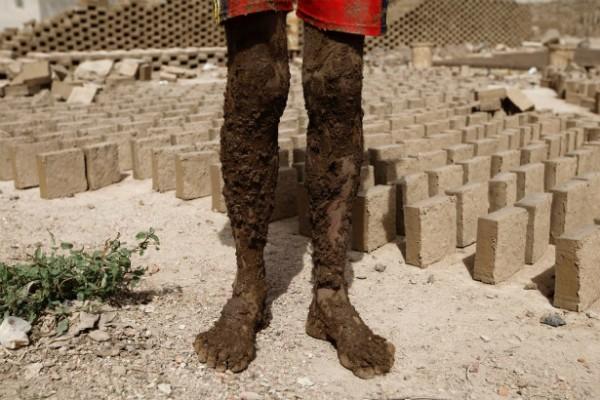 Cuộc chiến tranh đã lấy đi sinh kế cũng như mạng sống của nhiều người dân Yemen, nhưng sản xuất gạch vẫn là một điểm sáng hiếm hoi ở vùng đất chìm trong thảm họa nội chiến này.
