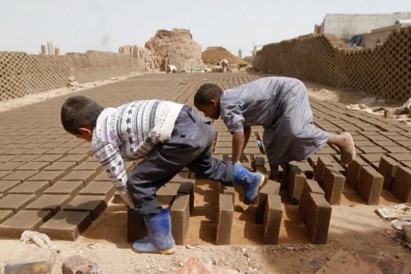 Người Yemen bắt đầu với công việc đóng gạch bùn từ khi còn rất nhỏ