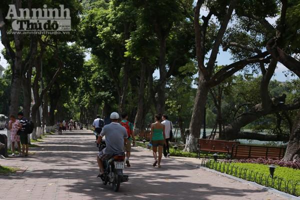 Phản cảm hình ảnh phóng xe máy trên vỉa hè khu vực quanh hồ Hoàn Kiếm ảnh 2