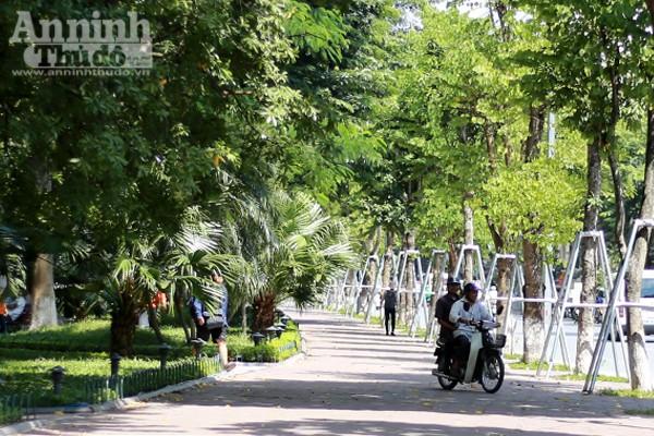 Phản cảm hình ảnh phóng xe máy trên vỉa hè khu vực quanh hồ Hoàn Kiếm ảnh 8