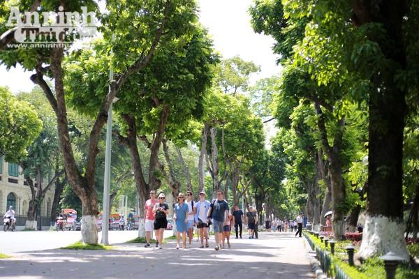 Vỉa hè xung quanh khu vực hồ Hoàn Kiếm là không gian đi bộ lý tưởng cho người dân thủ đô cũng như khách du lịch.