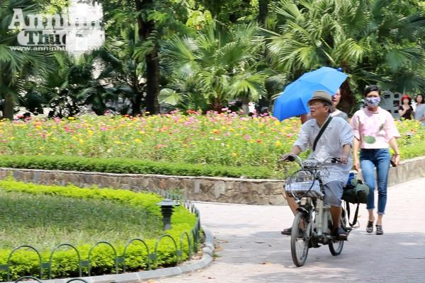 Phản cảm hình ảnh phóng xe máy trên vỉa hè khu vực quanh hồ Hoàn Kiếm ảnh 6