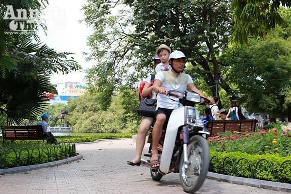 Phản cảm hình ảnh phóng xe máy trên vỉa hè khu vực quanh hồ Hoàn Kiếm ảnh 7