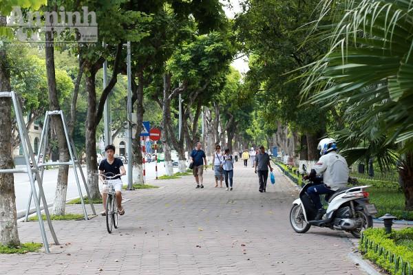 Phản cảm hình ảnh phóng xe máy trên vỉa hè khu vực quanh hồ Hoàn Kiếm ảnh 9