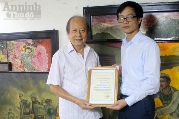Họa sĩ Phùng Di Thuần (bên trái) nhận chứng nhận do Bảo tàng Hà Nội trao khi hiến tặng hiện vật.