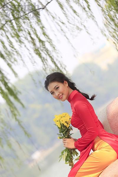 Ngắm thiếu nữ dân tộc Cờ Lao trong trang phục áo dài cờ đỏ sao vàng
