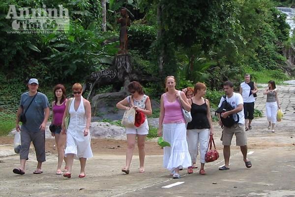 Không chỉ người dân địa phương mà ngay cả khách du lịch quốc tế cũng phải nhận thức rõ trách nhiệm khi đi du lịch.