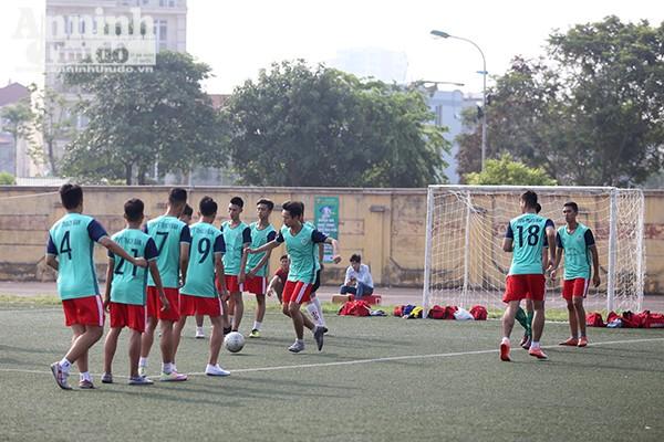 Các cầu thủ khởi động crước khi bước vào trận đấu