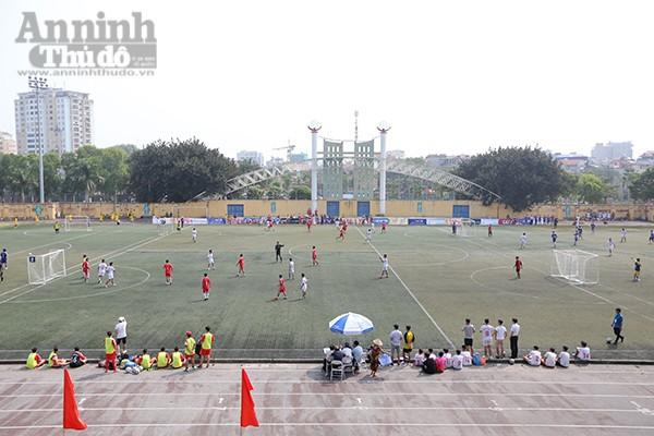 Sân vận động Trung tâm TDTT quận Tây Hồ với đủ sắc áo của các đội bóng