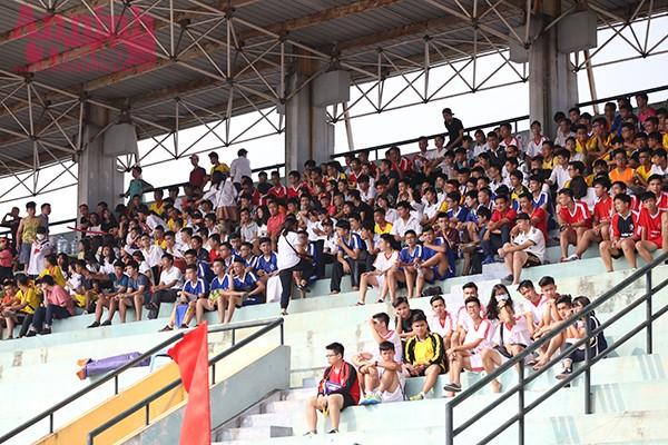 Các cổ động viên chủ yếu là những học sinh của các trường trong đội hình thi đấu tại vòng bảng đã đến sân tiếp lửa cho đội bóng.