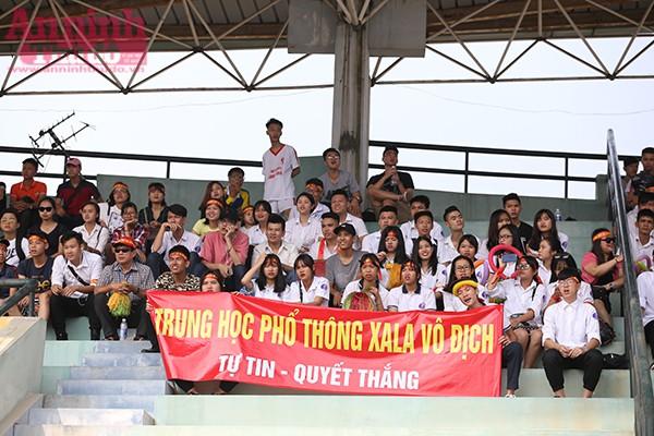 Trong suốt thời gian thi đấu cũng như toàn giải Bóng đá học sinh THPT Hà Nội – Báo An ninh Thủ đô lần thứ XVI-2016 không thể thiếu những cổ động viên như thế này. Các bạn trẻ cũng là những nhân tố tạo nên sự thành công của giải bóng.