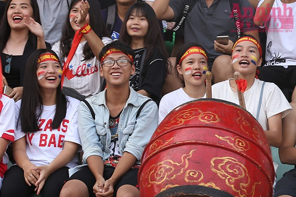 Tay trống nữ của Trường THPT Quang Trung đang tiếp lửa cho đội của mình.