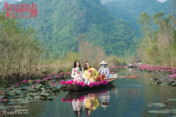 Lênh đênh vãn cảnh trên chiếc thuyền nhỏ, những thiếu nữ trong tà áo dài duyên dáng khiến nơi này đẹp